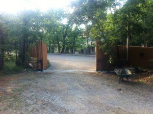 double portail coulissant ouvert. faufer ferronnier dans le var Hyères la farlède ollioules