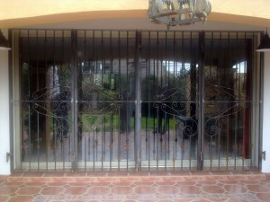 Grille de fenêtre en fer forgé. Grilles décoratives en fer forgé. Sécurisez votre maison. Ferronnier le pradet, hyères, la seyne sur mer, toulon, la garde, la valette, la farlède, oullioules.