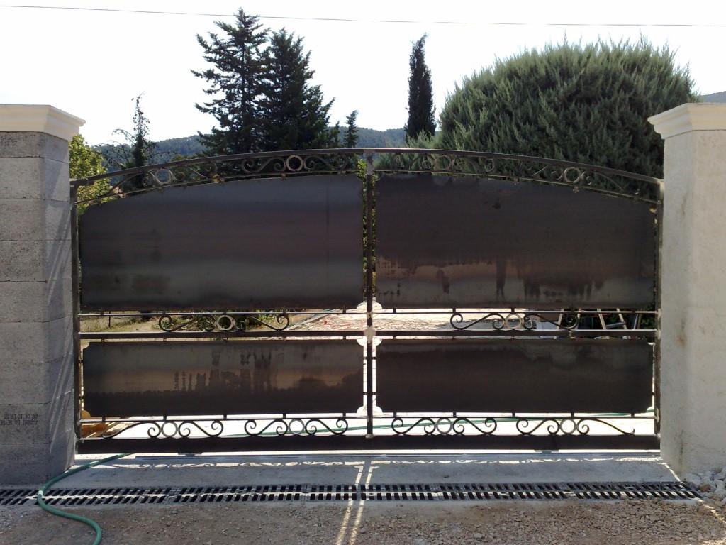 Portail artisanal fer forg var faufer for Portail grille fer forge