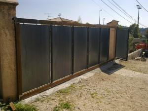 portail moderne, panneaux acier, porte intégrée, réalisation sur mesures, excellent rapport qualité/prix, faufer, ferronnier dans le var, livraison sur toute la france