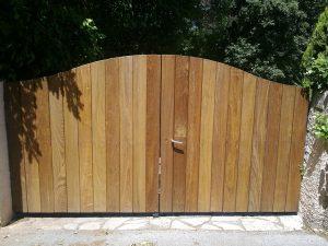 Portail len bois cadre en fer dans le var La Garde